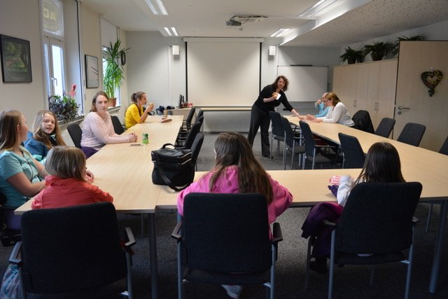 Instructor Valerie Sultan teaches an ASL class, March 14. Photo by Sarah Kemp, manager, USO Center-Stuttgart
